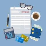 Begrepp av fakturabetalning Pappers- fakturaform Skatt kvitto, räkning Plånbok med kontanta pengar, guld- mynt, kreditkortar, räk Arkivbilder
