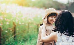Begrepp av familjen moder- och barndotter utomhus i sommar Royaltyfri Foto