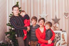Begrepp av familjen som firar ferie för nytt år Royaltyfri Bild