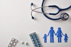 Begrepp av familjmedicin med ostetoscopepapperssnittet och medici royaltyfria bilder