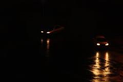 Begrepp av fara på vägen Jaga flera bilar arkivbilder