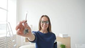 Begrepp av fastigheten och ensamt liv Lycklig ung kvinna som flyttar sig till det nya hemmet lager videofilmer