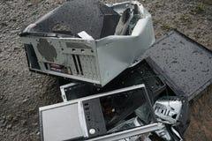 Begrepp av frihet från datorböjelse - mannen bryter systemenheten av en dator med en hummer utanför, sjön med arkivfoton