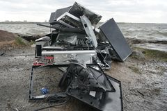 Begrepp av frihet från datorböjelse - mannen bryter systemenheten av en dator med en hummer utanför, sjön med fotografering för bildbyråer