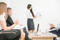 Begrepp av gruppaffärsfolk på mötet i kontoret Arkivbilder