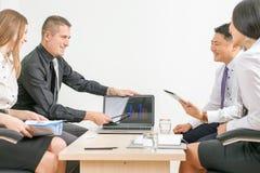 Begrepp av gruppaffärsfolk på mötet i kontoret Arkivbild