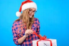 Begrepp av hälerigåvor på juldagen Gladlynt le arkivfoto