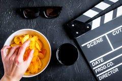Begrepp av hållande ögonen på filmer med bakgrund för mörker för bästa sikt för chiper royaltyfria foton