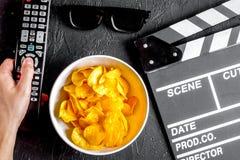 Begrepp av hållande ögonen på filmer med bakgrund för mörker för bästa sikt för chiper royaltyfria bilder