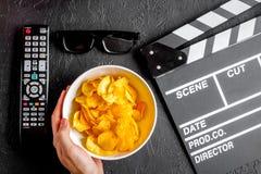 Begrepp av hållande ögonen på filmer med bakgrund för mörker för bästa sikt för chiper arkivfoton