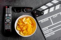 Begrepp av hållande ögonen på filmer med bakgrund för mörker för bästa sikt för chiper Royaltyfri Bild