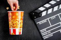 Begrepp av hållande ögonen på filmer med bakgrund för mörker för bästa sikt för popcorn Royaltyfria Foton