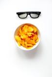 Begrepp av hållande ögonen på filmer med bakgrund för vit för bästa sikt för chiper Arkivfoto