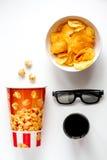 Begrepp av hållande ögonen på filmer med bakgrund för vit för bästa sikt för chiper Royaltyfri Bild