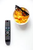 Begrepp av hållande ögonen på filmer med bakgrund för vit för bästa sikt för chiper Arkivbilder
