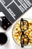 Begrepp av hållande ögonen på filmer med bakgrund för vit för bästa sikt för popcorn Royaltyfria Foton