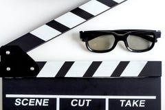 Begrepp av hållande ögonen på filmer med bakgrund för vit för bästa sikt för popcorn royaltyfri foto