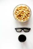 Begrepp av hållande ögonen på filmer med bakgrund för vit för bästa sikt för popcorn Royaltyfri Fotografi
