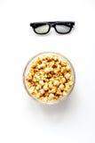 Begrepp av hållande ögonen på filmer med bakgrund för vit för bästa sikt för popcorn Royaltyfri Bild