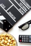 Begrepp av hållande ögonen på filmer med bakgrund för vit för bästa sikt för popcorn Arkivfoto
