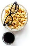 Begrepp av hållande ögonen på filmer med bakgrund för vit för bästa sikt för popcorn Royaltyfria Bilder