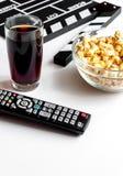 Begrepp av hållande ögonen på filmer med popcornvitbakgrund Royaltyfri Fotografi