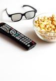 Begrepp av hållande ögonen på filmer med popcornvitbakgrund Royaltyfri Bild