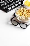 Begrepp av hållande ögonen på filmer med popcornvitbakgrund Arkivfoton