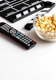 Begrepp av hållande ögonen på filmer med popcornvitbakgrund Arkivbild