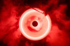 Begrepp av hastighet - slinga av brand och rök - vinylrekord Brinnande vinylskiva Skivtallrikvinylskivspelare Retro ljudsignala e arkivfoton