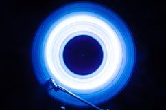 Begrepp av hastighet - slinga av brand och rök - vinylrekord Brinnande vinylskiva Skivtallrikvinylskivspelare Retro ljudsignala e royaltyfri foto