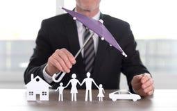 Begrepp av hus-, familj- och bilskyddstäckning arkivfoton