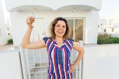 Begrepp av inflyttningsfest, fastighet, egenskap och flyttning - ny hem- ägare med tangent arkivbild
