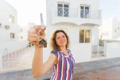 Begrepp av inflyttningsfest, fastighet, egenskap och flyttning - ny hem- ägare med tangent arkivfoton
