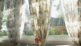 Begrepp av inre f?nster stort hell?ngt f?r f?nster som dekoreras med gardiner f?r blom- tryck stock illustrationer