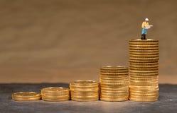 Begrepp av investeringen i guld med guld- Eagle för USA-kassa mynt fotografering för bildbyråer