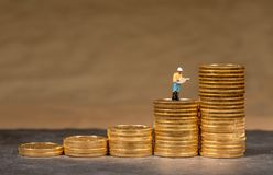 Begrepp av investeringen i guld med guld- Eagle för USA-kassa mynt arkivfoton
