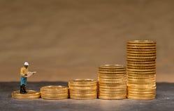 Begrepp av investeringen i guld med guld- Eagle för USA-kassa mynt arkivfoto