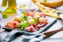 Begrepp av italiensk mat med melon och prosciuttoen royaltyfria foton