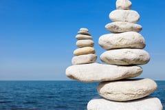 Begrepp av jämvikt och harmoni Vit vaggar zen på havet arkivbilder
