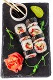 Begrepp av japansk kokkonst Rulle med ålen, tonfisk, gurka, macaro i nori Nära soya, ingefäran och wasabi Modern portion arkivbild