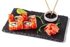 Begrepp av japansk kokkonst Rulle med krabbapinnar, gurka och selleri, med den röda kaviaren Nära soya, ingefäran och wasabi arkivfoto