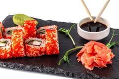 Begrepp av japansk kokkonst Rulle med krabbapinnar, gurka och selleri, med den röda kaviaren Nära soya, ingefäran och wasabi fotografering för bildbyråer