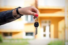 Begrepp av köpande som säljer och hyr hus En woman& x27; s-handH arkivfoto