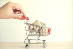begrepp av köpshopping, hand av den driftiga röda shoppingvagnen för kvinna arkivfoton