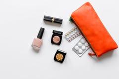 Begrepp av kvinnlig det att använda preventivmedel och sjukvården på vit bakgrund Royaltyfri Bild