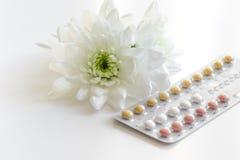 Begrepp av kvinnlig det att använda preventivmedel på vit bakgrund Royaltyfri Fotografi