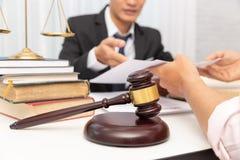 Begrepp av lag, advokat ger laglig rådgivning till affärsmannen om fall i regeringsställning royaltyfri bild