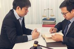 Begrepp av lag, advokat ger laglig r?dgivning till aff?rsmannen om fall i regeringsst?llning arkivbilder