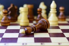 Begrepp av ledarskap, framgång, motivation Schackstycken på brädet Royaltyfri Foto